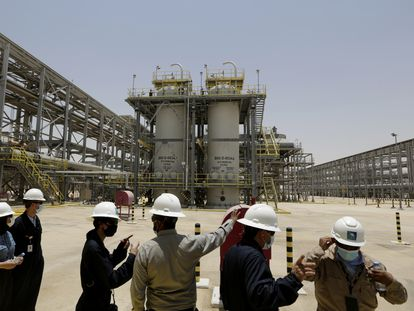 Visita de un grupo de periodistas e ingenieros a unas instalaciones de Aramco en Arabia Saudi, el pasado 28 de junio.