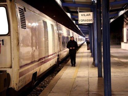 El tren Lusitania a su paso por la frontera entre Fuentes de Oñoro (Salamanca, España) y Vilar Formoso (Portugal), en 2020.