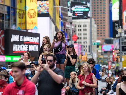 Un grupo de personas en Times Square (Nueva York, Estado Unidos) el 11 de junio.