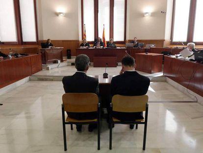 Leo Messi (d) y su padre Jorge Horacio Messi en el juicio por fraude.