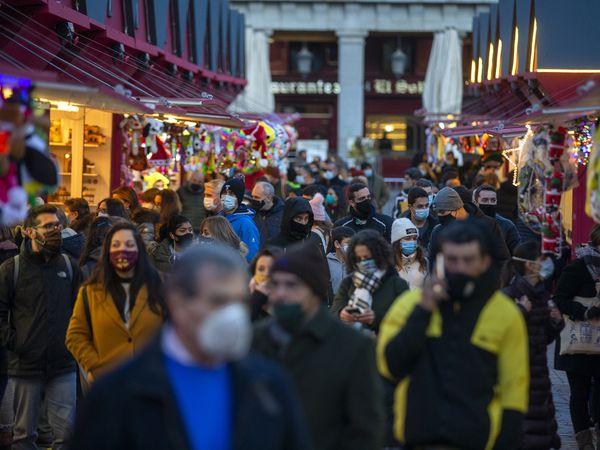 DVD1030 (04/11/2020) Gente pasea por el mercadillo de navidad de la Plaza Mayor en Madrid.