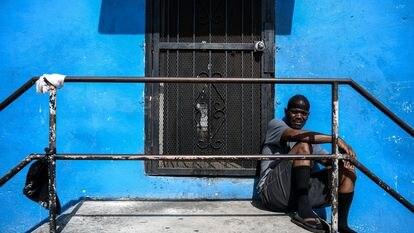 Un hombre  afroamericano en las escaleras de su casa, en un barrio marginal de Miami el pasado abril.