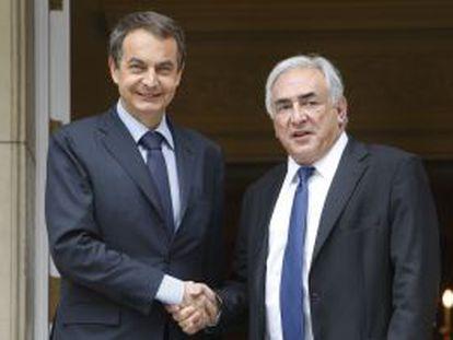 El expresidente del Gobierno, José Luis Rodríguez Zapatero, estrecha la mano del director del Fondo Monetario Internacional (FMI), Dominique Strauss- Kahn, en 2010
