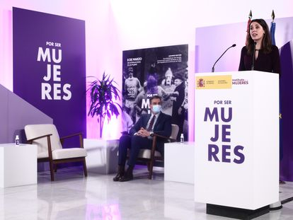 El presidente del Gobierno, Pedro Sánchez, observa la intervención de la ministra de Igualdad, Irene Montero, en un acto celebrado este lunes por el 8-M.
