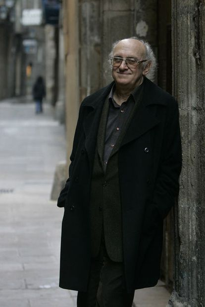Petros Márkaris, en el barcelonés barrio del Raval.