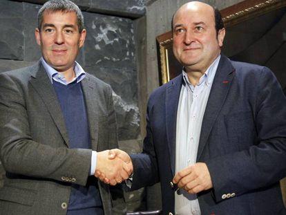 El presidente del Gobierno de Canarias, Fernando Clavijo, y el presidente del  (PNV), Andoni Ortuzar.