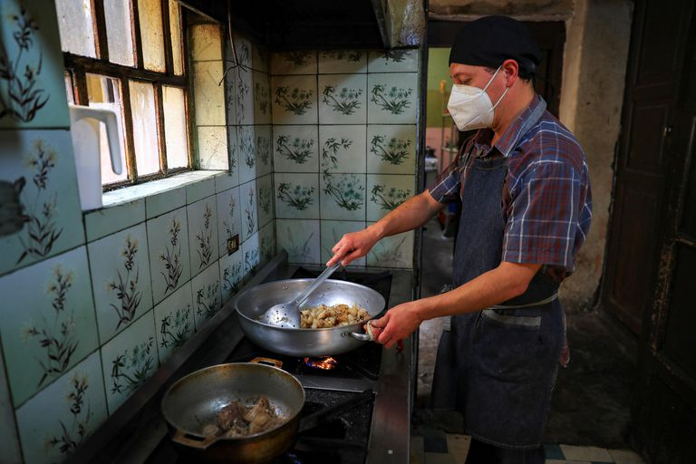 El dueño de un local de comida típica en Quito, Ecuador.