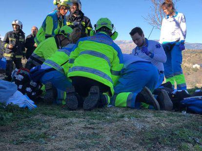 Miembros de Emergencias 112 de la Comunidad de Madrid durante la intervención en Colmenar Viejo (Madrid). En vídeo, declaraciones de los servicios de emergencias.