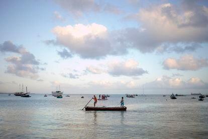 Los pescadores descargan el pescado en la pequeña franja de arena que todavía está destinada para ellos.