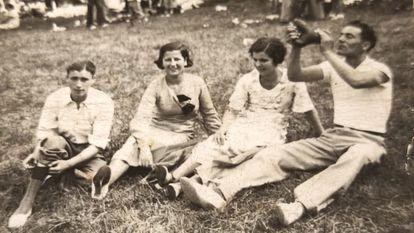El vecino de Gijón represaliado en Celanova Abelardo Félix Suárez del Busto (a la derecha, con una bota), en una foto familiar de antes de la guerra.