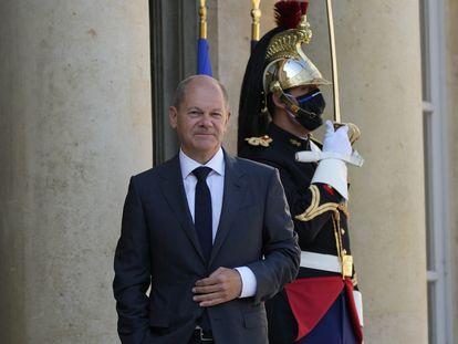El vicecanciller y candidato socialdemócrata Olaf Scholz, en la entrada del palacio del Elíseo en París, este lunes.