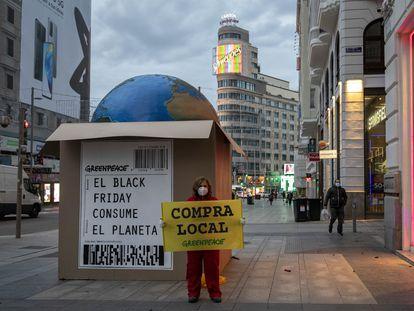 Protesta de Greenpeace en la Gran Vía de Madrid, el pasado noviembre con motivo del Black Friday.