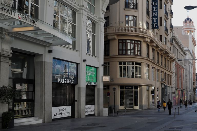 La ciudad de Madrid practicamente vacía a consecuencia del cierre de tiendas y el servicio de hosteleria por el coronavirus.