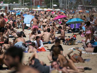 La playa de Bogatell, el pasado 13 de junio, primer fin de semana de baño permitido en las playas de la capital catalana.