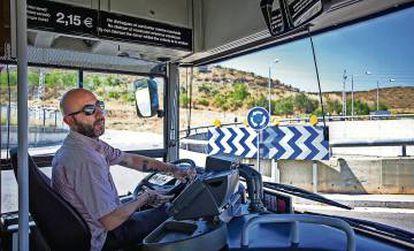 El concejal del Ayuntamiento de Barcelona por la CUP, Josep Garganté, conduciendo el autobús de la linea de autobus 102.