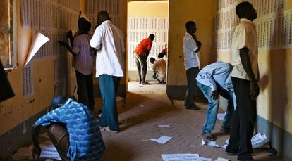 Votantes consultando las listas elpasado mes de julio.