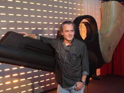 José Coronado posa en la parte de la muestra que recrea el filme 'No habrá paz para los malvados'.