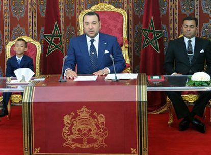 El rey de Marruecos, Mohamed VI, junto a su hijo de seis años, el príncipe Hassan y su hermano el príncipe Mulay Rachid, durante un discurso por el décimo aniversario de su entronización