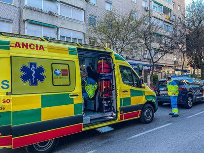 Una ambulancia del 112, el sábado en el lugar del suceso.