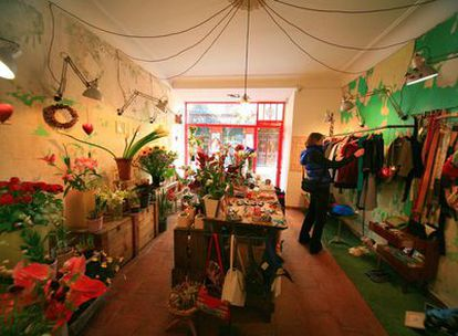 Dos tiendas en una: la floristería Vinca per Vinca comparte un local de la calle de León con la tienda de ropa y diseño Adhoc. Mitad de alquiler, doble encanto.