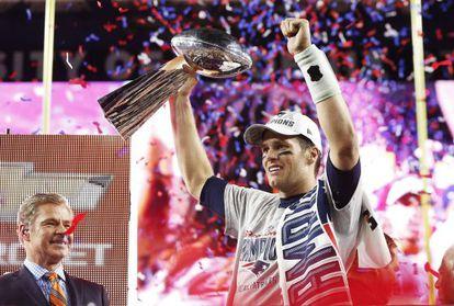 Brady, quarterback de los Patriots, levanta el trofeo Vince Lombardi.