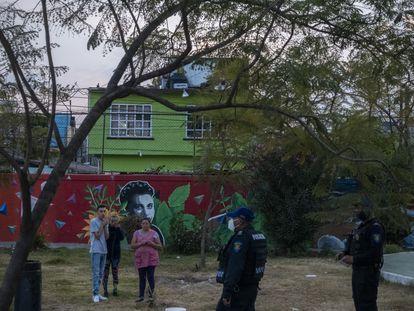 Elementos de la policía de Ciudad de México ofrecen una charla a vecinos de la zona de Iztapalapa sobre las restricciones sociales durante la emergencia por la pandemia de Covid-19.