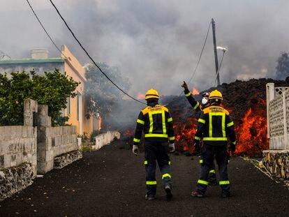 La lava amenaza la localidad de El Paraíso en el municipio de El Paso, tras la erupción volcánica en Cumbre Vieja, La Palma, este lunes.