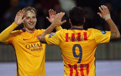 Rakitic celebra con Luis Suárez uno de los dos goles que marcó en el Borisov Arena.