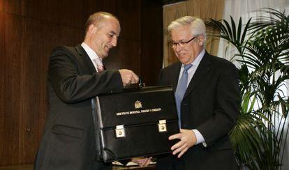 Miguel Sebastián y Joan Clos durante el traspaso de cartera en 2008.
