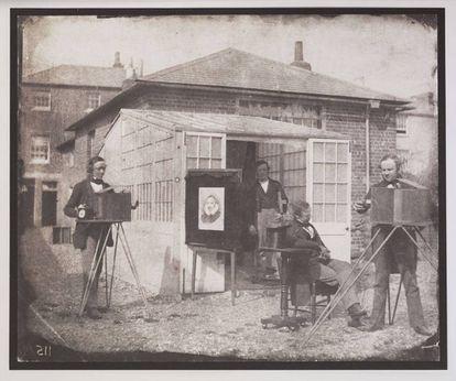 William Henry Fox Talbot y Nicolaas Henneman en el Reading Establishment, la primera empresa editorial fotográfica, 1846