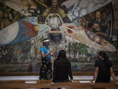 Visitiantes del Museo de Bellas Artes de la Ciudad de México,recorren los pasillos del recinto para poder apreciar las obras de famosos muralistas mexicanos, el 02 de Septiembre de 2020. Después de 5 meses de haber cerrado sus puertas por la pandemia de COVID-19, este museo reinicia actividades al público tomando las medidas recomendads por la Secretaría de Salud.