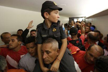 Protestas de bomberos y policías en Brasilia