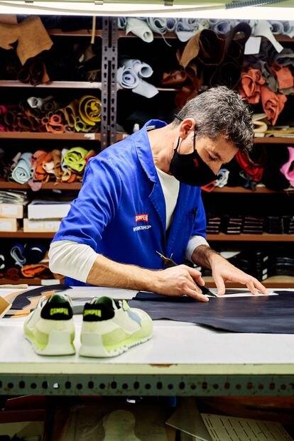 Un artesano repara unos zapatos para el proyecto Recrafted.
