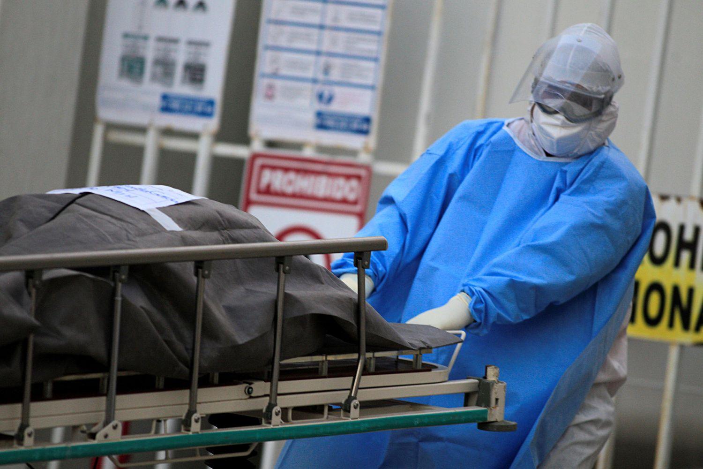 Un sanitario traslada a la morgue a una víctima de covid-19, en el estado de Chihuahua (México).