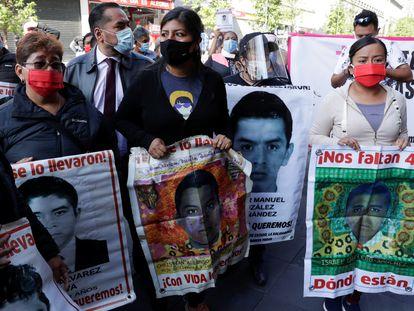 Familiares de los 43 estudiantes desaparecidos de Ayotzinapa se manifiestan en Ciudad de México.