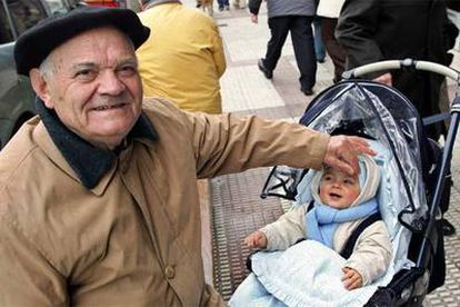 Juan Iracheta, jubilado de Babcock & Wilcox, con su nieto en una calle de Sestao.