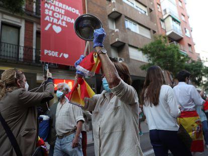 Manifestantes frente a la sede del PSOE en la madrileña calle Ferraz, en la cacerolada contra el Gobierno del pasado domingo.
