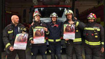 Fotografía en la que cinco bomberos de Leganés muestran su apoyo a la marcha antitaurina.