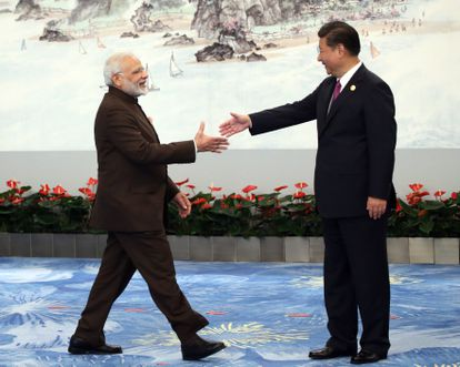 El primer ministro indio, Narendra Modi, saluda al presidente chino Xi Jinping el 4 de septiembre de 2017 en Xiamen, China.
