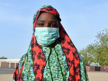 Vídeo: Campaña 'Reimaginar' de Unicef. Foto: Una adolescente en Nigeria lleva una mascarilla contra la covid-19.