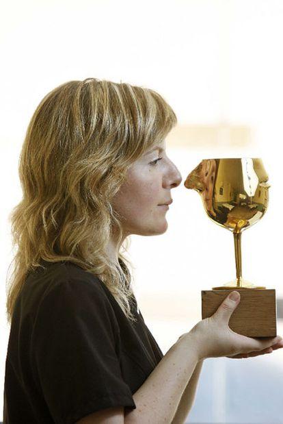 Montse Velasco, con su trofeo en La Cuina del Guinardó.