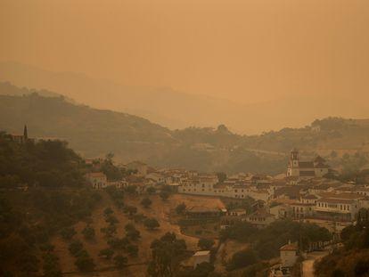 El humo envuelve la localidad de Atajate, en la Sierra de Bermeja de Málaga, este domingo.