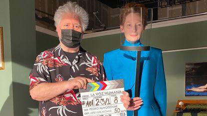 Tilda Swinton y Pedro Almodóvar en el rodaje de 'La voz humana'.
