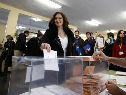 La presidenta de la Comunidad, Isabel Díaz Ayuso, vota en las elecciones.