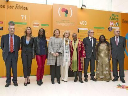 Fernández De la Vega junto con varios aistentes a la presentación de Mujeres por África