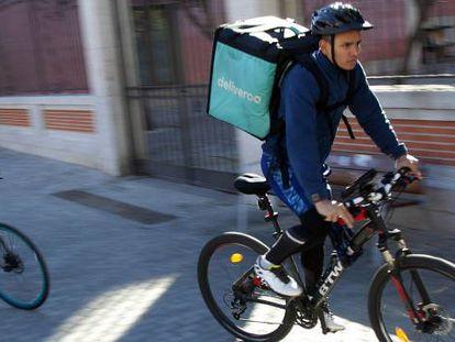 Repartidores de comida en bicicleta, en Madrid.