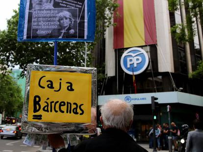 Un manifestante frente a la sede del Partido Popular en la calle Génova, en Madrid.
