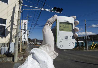 Un miembro de Greenpeace realiza mediciones de radiactividad en la ciudad japonesa de Iitate.