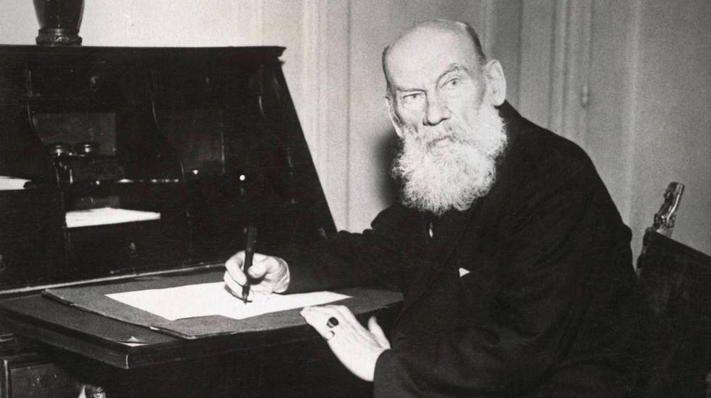 Lev Tolstói en su estudio.