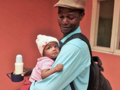 David con su hija Yolanda en el Centro de Salud que la Fundação Encontro gestiona en la aldea de Massca.